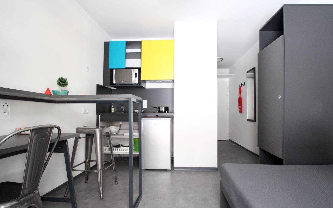 residence suiteasy le 124 marseille studio economique bureau kitchenette couloir