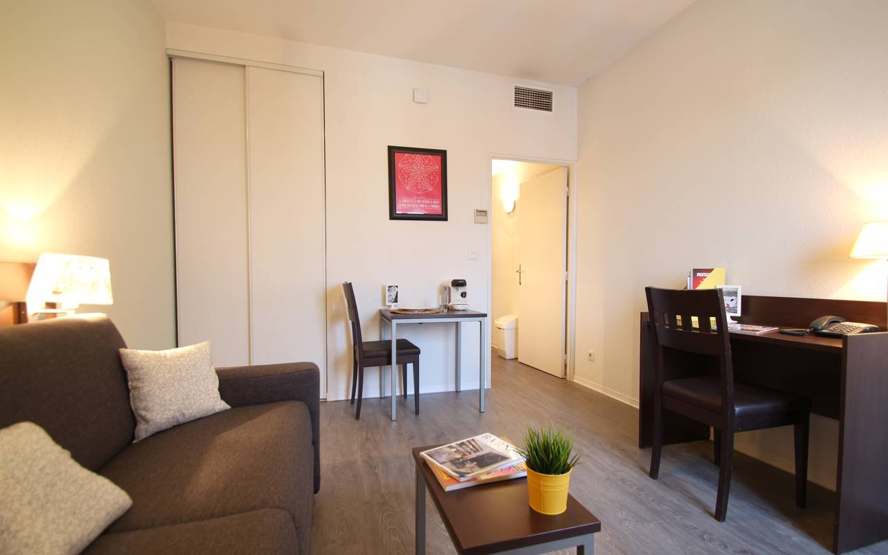 residence suiteasy montpellier citadelle studio salon 2