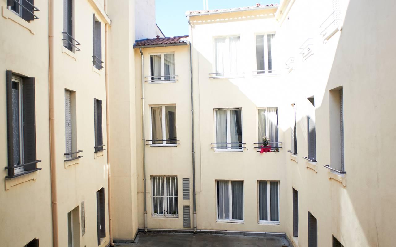 cour intérieure résidence location moyen séjour à Avignon