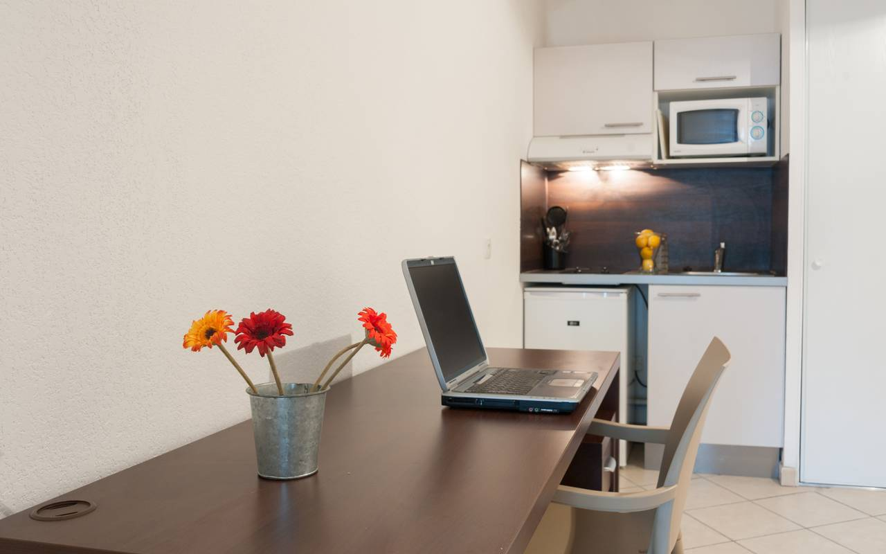 studio avec coin bureau et kitchenette location moyen séjour à Annemasse