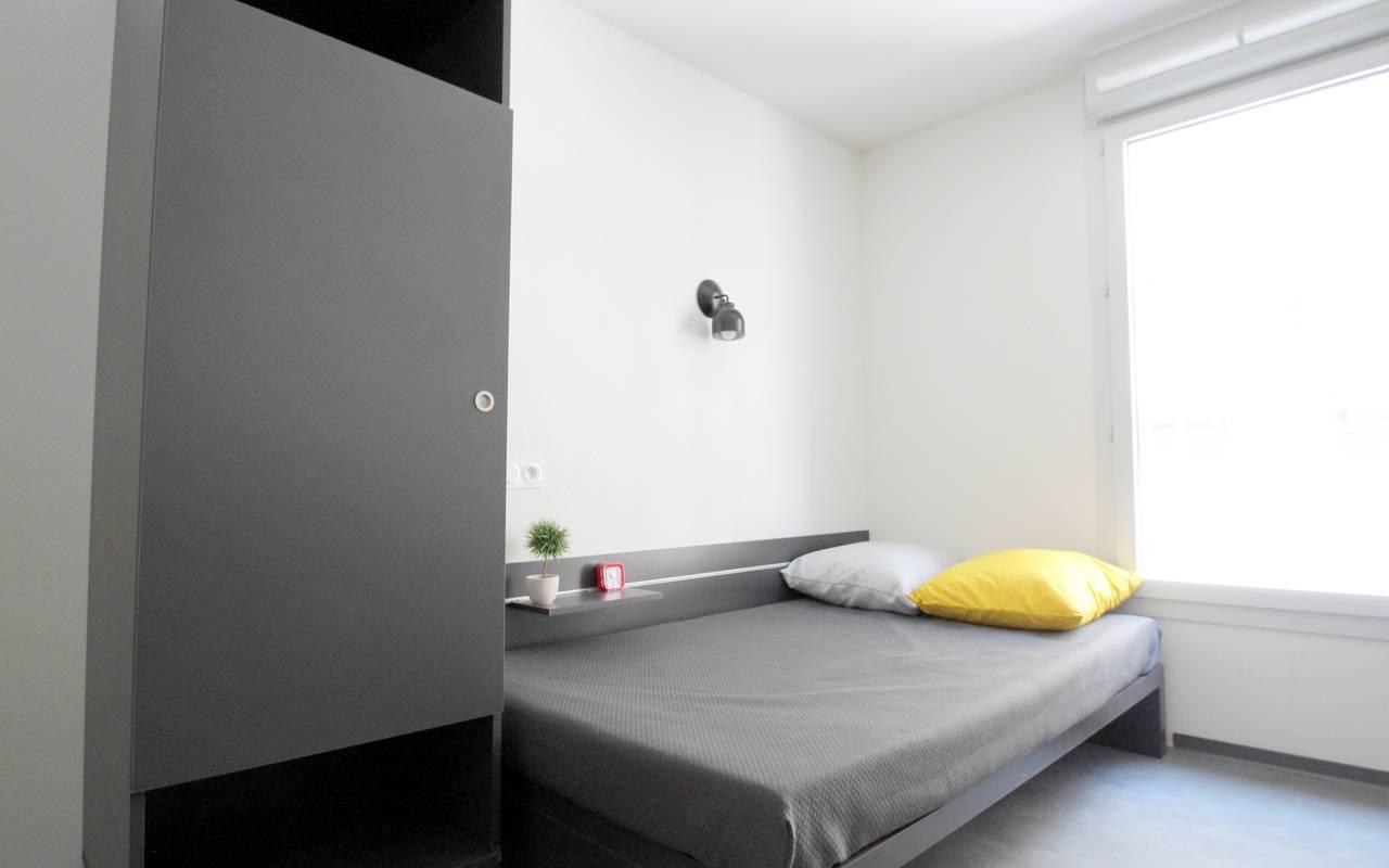 armoire et lit studio location moyen séjour à Marseille
