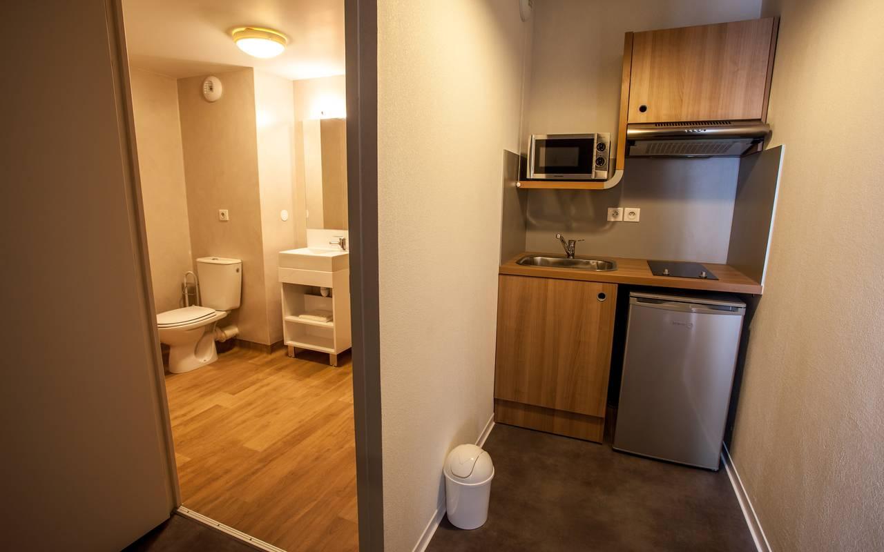 salle de bain et kitchenette studio location moyen séjour à Montpellier