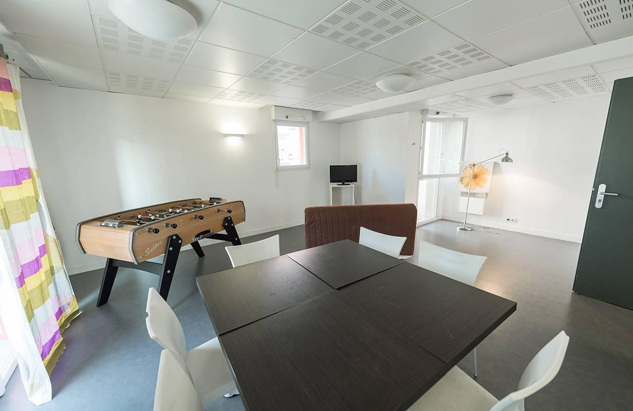 salle commune avec babyfoot location moyen séjour à Nantes