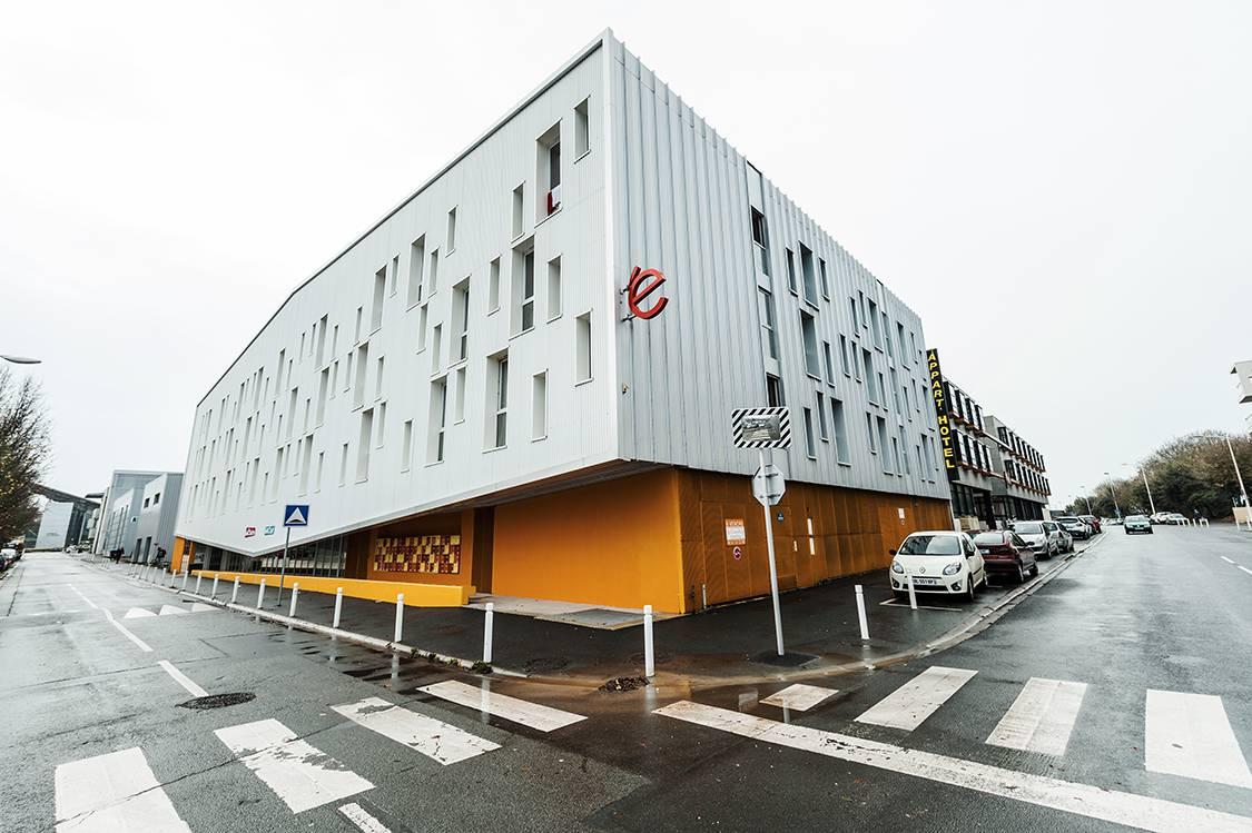 façade résidence location séjour à La Rochelle