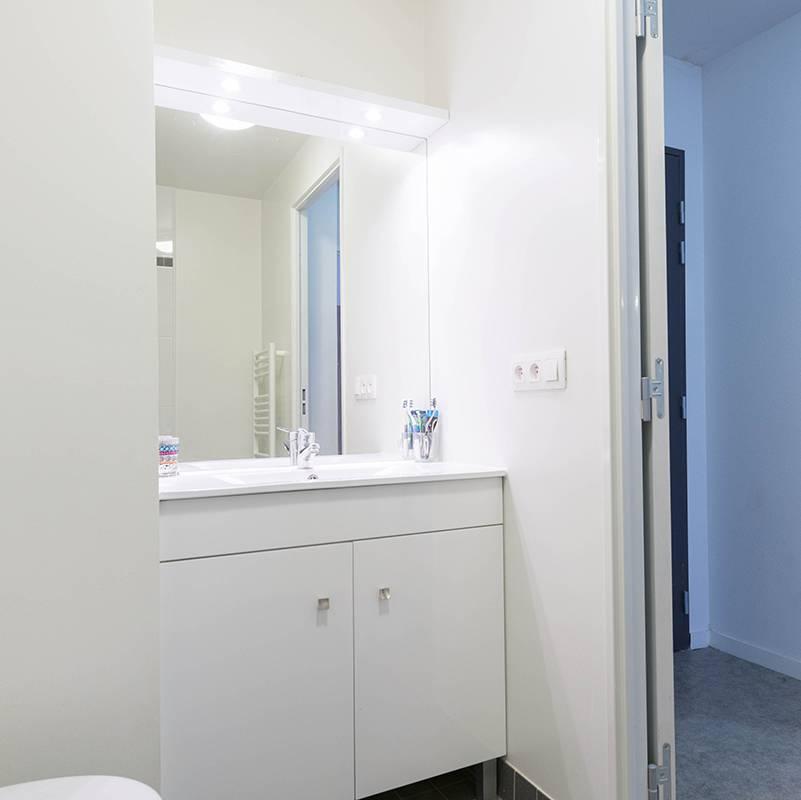 salle de bain appartement 2 pièces location court séjour à Reims
